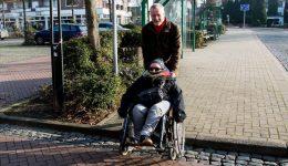 Gemeinsame Besichtigung von Hindernissen im Hünxe Ortskern: Werner Schulte und Dominique Freitag