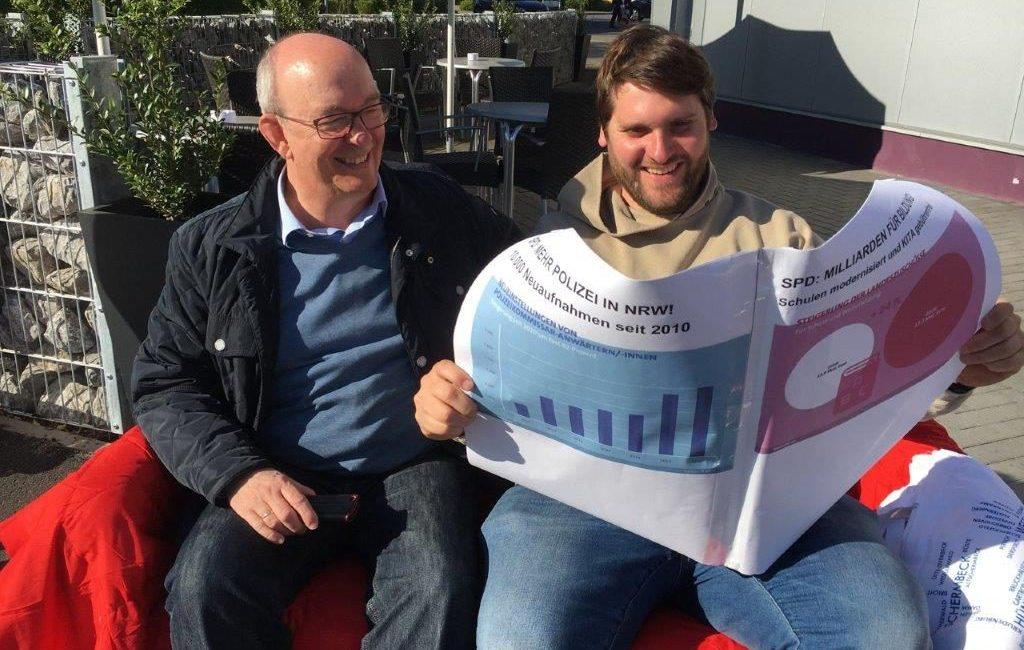 "TERMIN – Infostand mal anders: Das ""rote Sofa"" unterwegs in Hünxe"