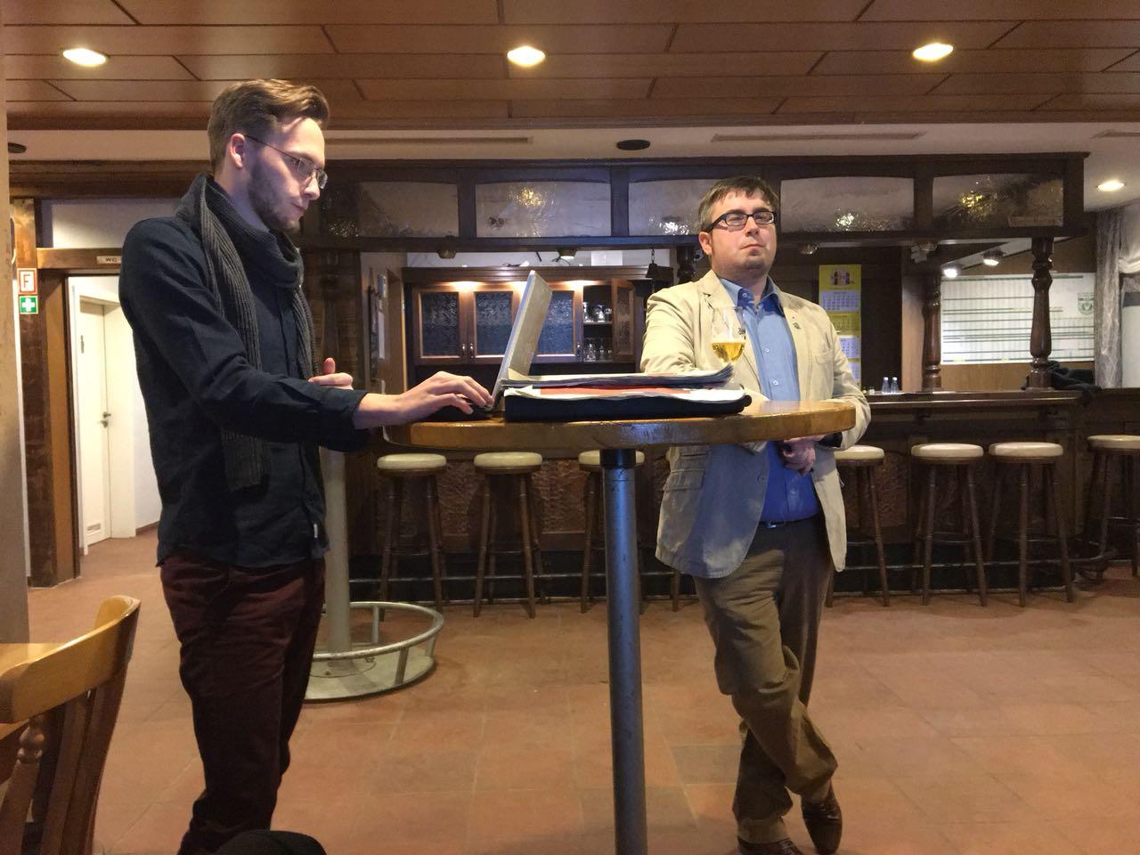 Der Bildungsbeauftragte Benedikt Lechtenberg (links) und der Vorsitzende Jan Scholte-Reh gaben eingangs Input für die spätere Diskussion