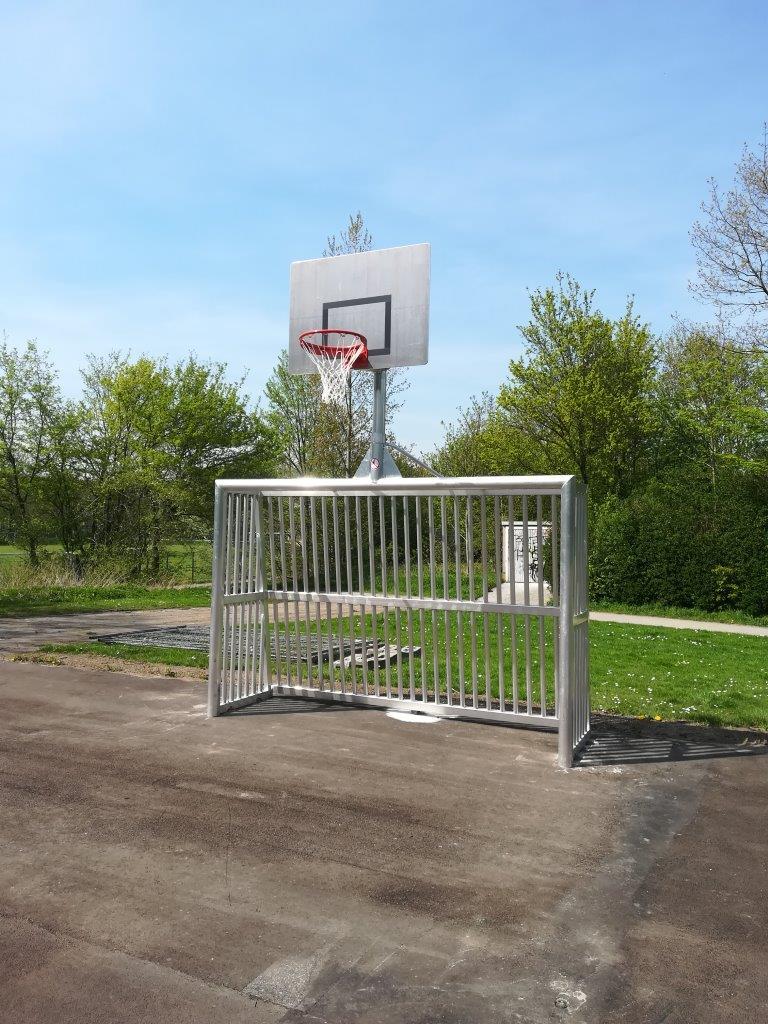Bolzplatztore mit Basketballkörben auf neuem Asphalt stehen bereits. Spielmarkierungen und ein Unterstand kommen noch - und natürlich neue Skate-Geräte.