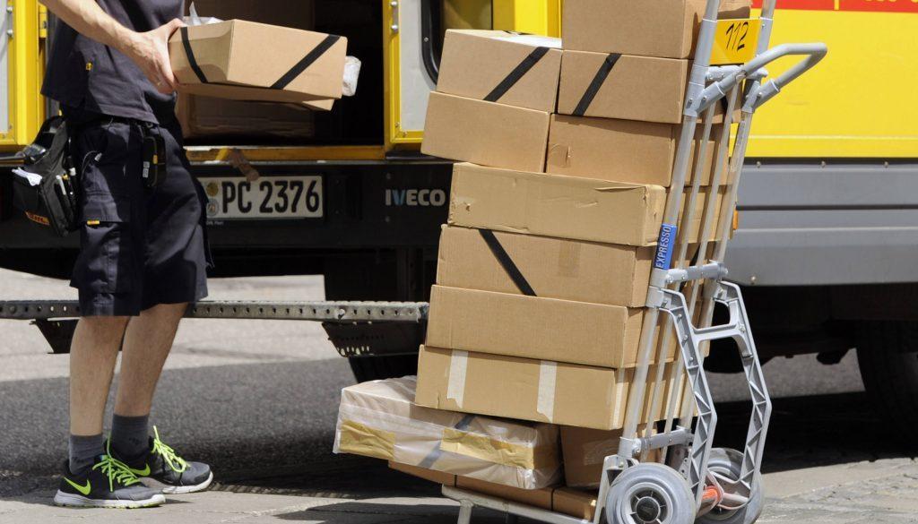 Kampf gegen Dumpingloehne bei Paketboten Archivfoto Paketbote Paketzusteller bei der Arbeit DHL Pa